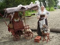 Gudrun Derlin mit Leiterwagen 2012